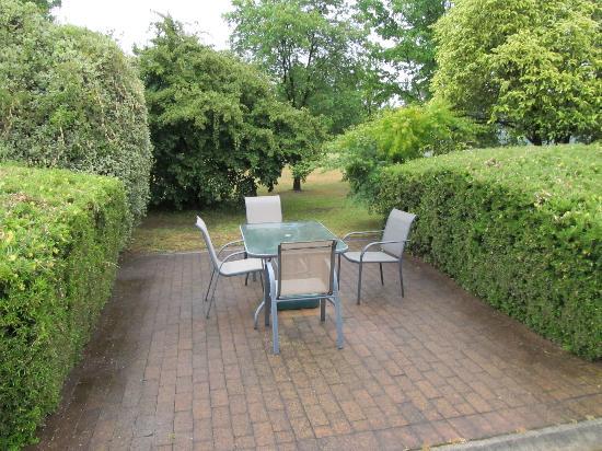 BEST WESTERN Beechworth Motor Inn: Garden seating area
