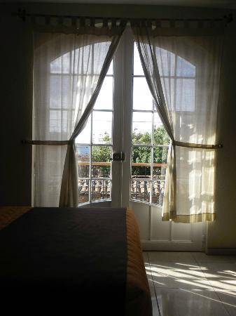 Hostal El Lenador: Ventana con balcón 2