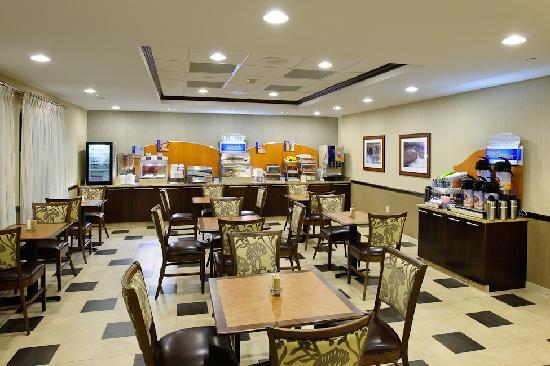 Holiday Inn Express Philadelphia Airport: Complimentary Breakfast