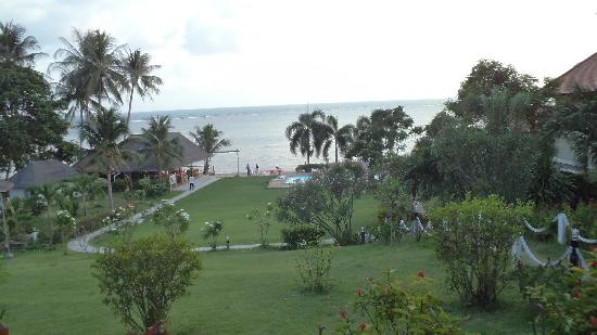 Samui Tonggad Resort: Прямо-бассейн,слева-ресторан