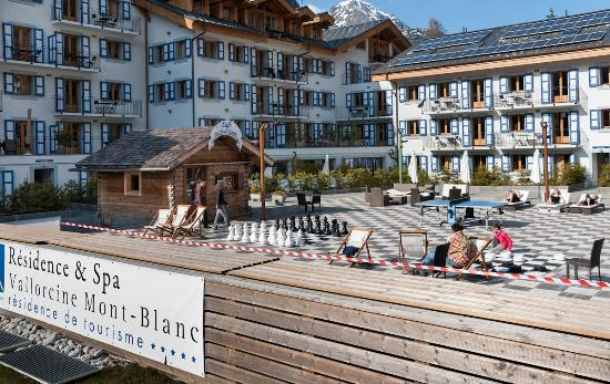 Residence & Spa Vallorcine Mont Blanc: Patinoire (in spring)