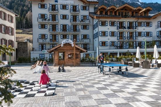 Residence & Spa Vallorcine Mont Blanc: The patinoire in spring