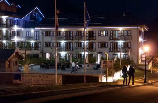 Residence & Spa Vallorcine Mont Blanc: The patinoire at night
