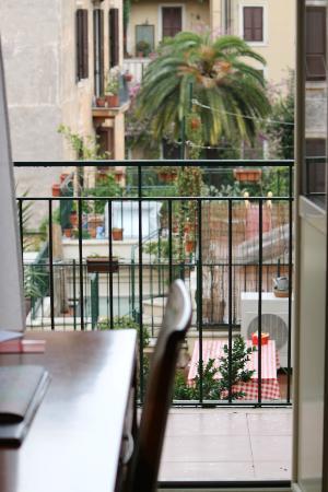 Hotel Apogia Lloyd Roma: balcony and courtyard