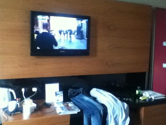Cosmopolitan Business Hotel: tv