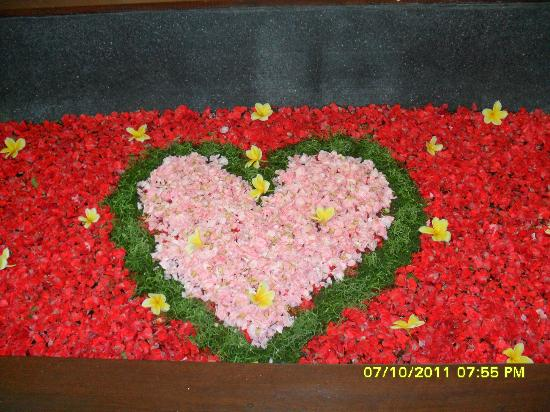 Kiss Bali: heart shape tub
