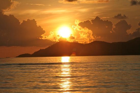 Nevis Ernesta La Digue Boat Excursions: Coucher du soleil à la passe