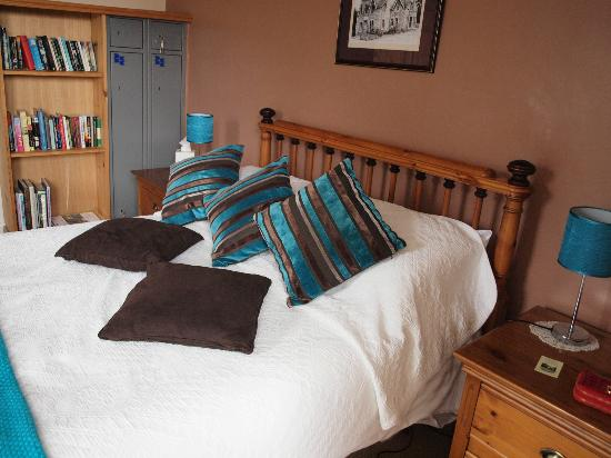 The Strathardle Inn: Room 6 with its own bookcase and locker facilities!