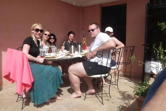 Hostel Nari-Nari Marrakech : Breakfast brought straight up to the terrace. Nothing better!