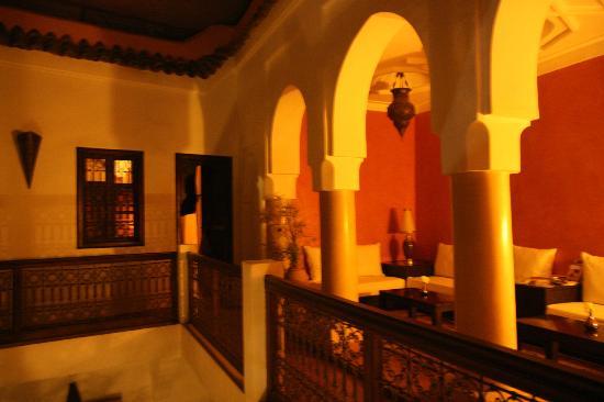 Riad Azza : Entrada a la habitación y vistas de la sala contigua