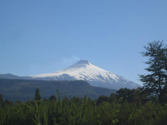 Ruka Rayen Guest House: view of Volcan Villarica from road by entrance