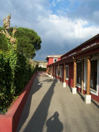 Hotel Juaneca: Walkway Side of Hotel