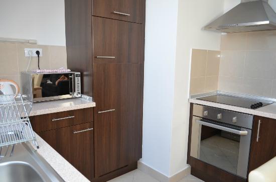 Gozsdu Court Aparthotel: Fully stocked kitchen.