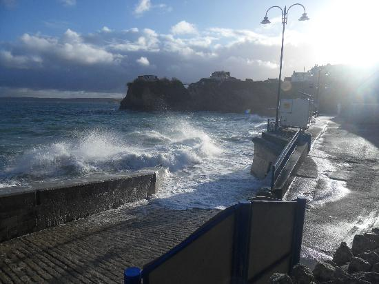 Wenden Guest House: Early morning High Tide Newquay