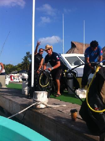 Squalo Adventures PADI Dive Resort #22312 : ayudando