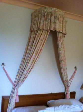 La Maison Boutique Hotel: cute decorative curtain above bed