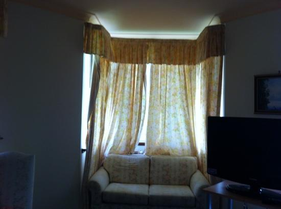 La Maison Boutique Hotel: nice curtain and couch abit worn though