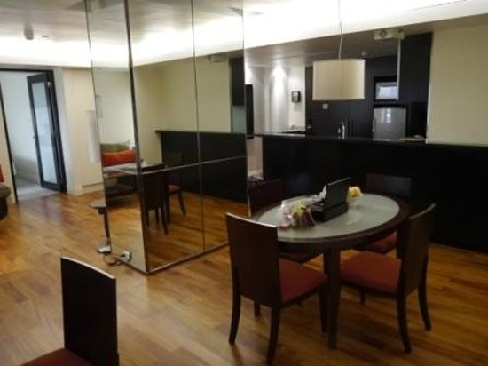 Siri Sathorn Executive Serviced Residence: Dining and kitchen