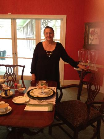 Ruby Lodge at Spring Lake Woods: Owner Serving Breakfast in the Dining Room