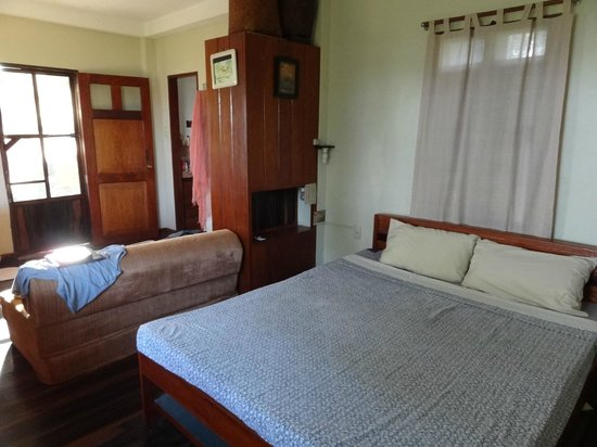 Makulay Lodge & Villas: Bedroom and Living Space in the Garden Villa