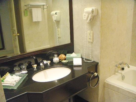 Evergreen Laurel Hotel: Vanity -- Could use more counter space