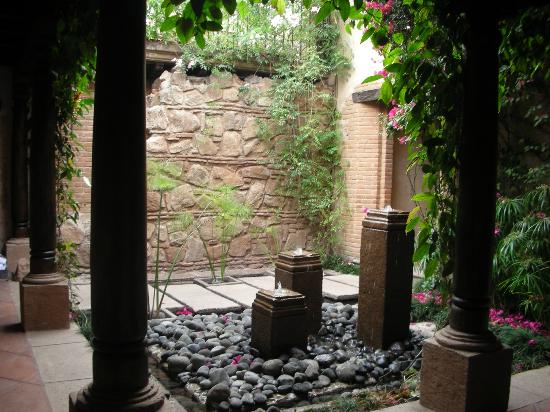 El Convento Boutique Hotel: A small courtyard (there were serveral in the hotel)