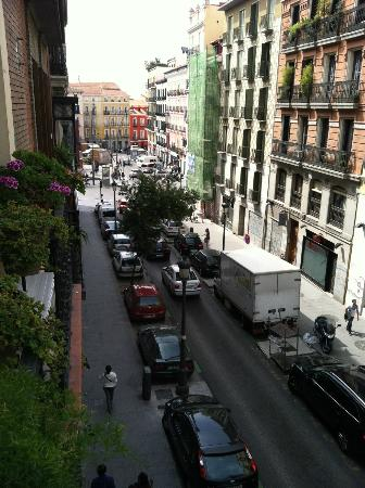 Hostal Art Madrid: View towards plaza from hotel balcony