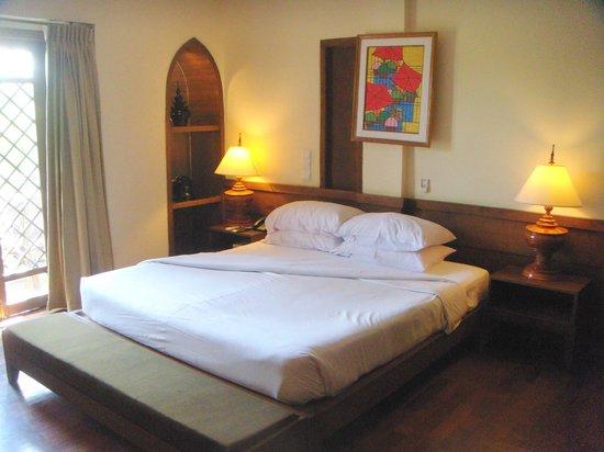 Aye Yar River View Resort: Low Comfortable Bed