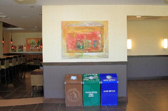 Hilton Garden Inn Springfield: Art and trash cans in the restaurant area.
