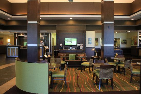 Hilton Garden Inn Springfield: Coffee bar and seating area in the lobby.