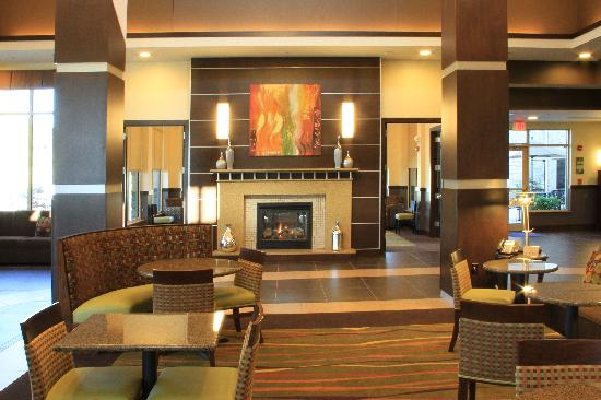 Hilton Garden Inn Springfield: Fireplace and interesting columns leading airy vaulted ceiling.