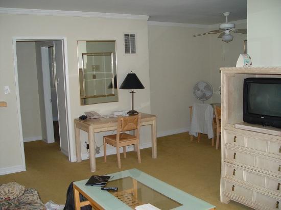 Cal Mar Hotel Suites: Living Area