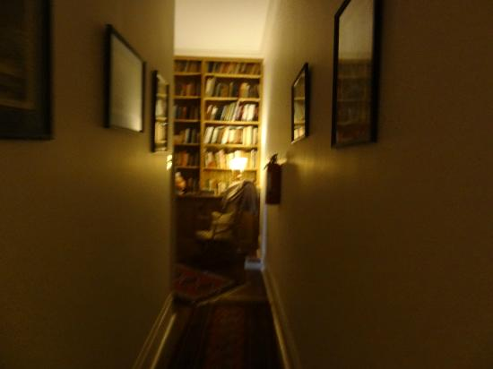 Audubon Park House Bed & Breakfast: hall to the library