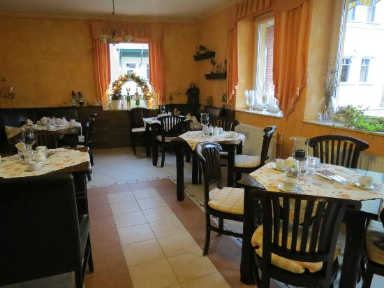 Apart Hotel Wernigerode: Breakfast buffet area, decorated for Easter