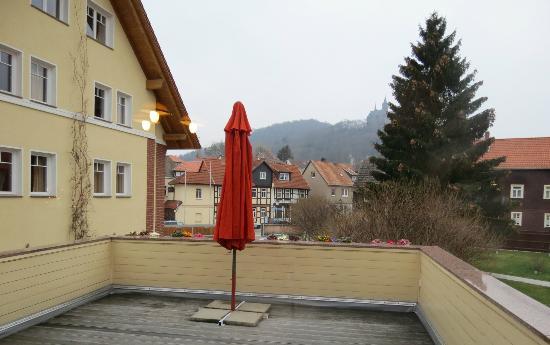Apart Hotel Wernigerode: Balcony outside breakfast buffet, castle on hill