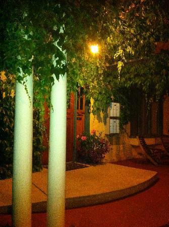 ميستيسوز بليس فاكيشن رينتالز: Mistiso's Place at night