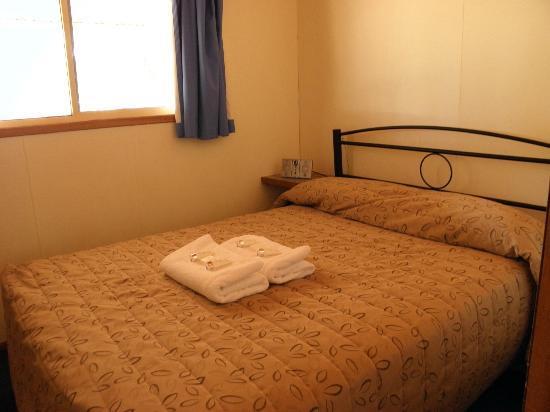 Ayers Rock Campground: Queen bedroom