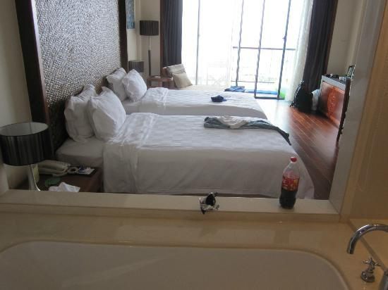 Royal Garden Resort: Superior Sea View Room (view from bathtub)