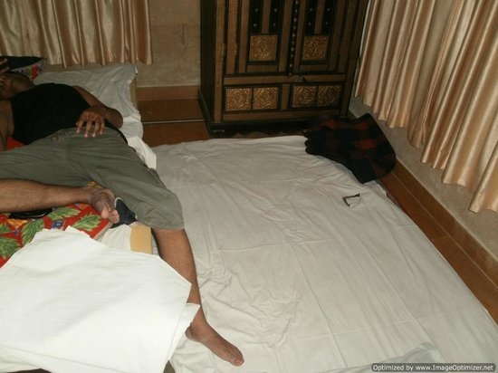 Haveli Hotel: Extra Bed with Torn Bedsheet -  8 Apr'12