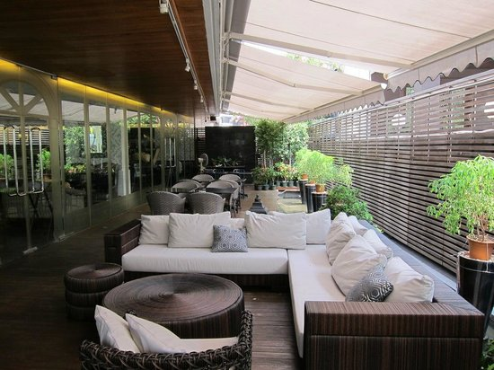 4 Garcons: patio area