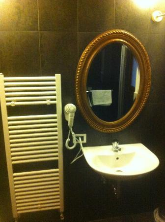 A Venice Emeralds: bathroom with hairdryer