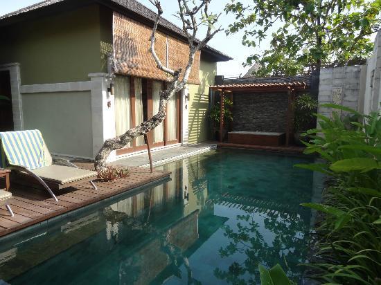 Pradha Villas: Pool area