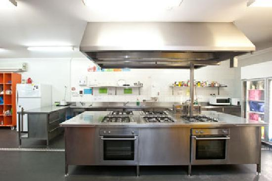 Emperor's Crown Backpackers Hostel: Amazing kitchen with every facility