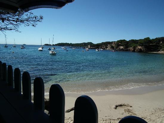Le Pradeau plage : vue de la terrasse - table en contrebas