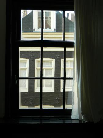 B & B de 9 Straatjes: Grandi finestre...davvero luminose.