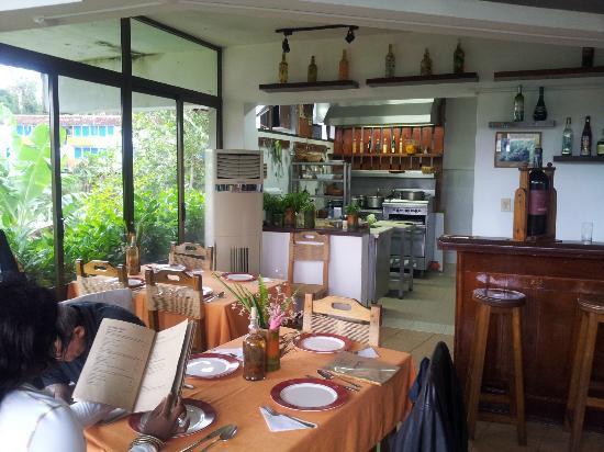 Parte dei tavoli con cucina a vista e vetrata su terrazza - Cucina con vetrata a vista ...