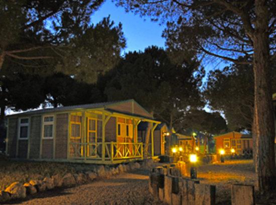 Camping El Garrofer: Bungalows de noche