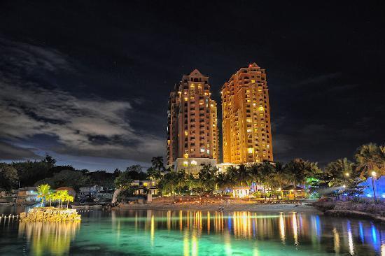 Mövenpick Hotel Mactan Island Cebu: Resort exterior by night