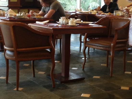 Habtoor Grand Resort, Autograph Collection: tavoli rovinati
