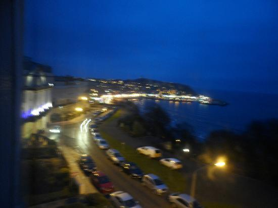 Highlander Hotel: view at night looking towards foreshore